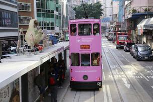 香港・ワンチャイ(湾仔)の街を行く路面電車トラム。トラムは英国植民地時代から走り続ける香港庶民の足の写真素材 [FYI04505176]