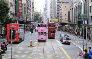 香港・ワンチャイ(湾仔)の街を行く路面電車トラム。トラムは英国植民地時代から走り続ける香港庶民の足の写真素材 [FYI04505177]
