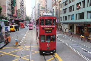 香港の街を行く路面電車トラム。トラムは英国植民地時代から走り続ける香港庶民の足の写真素材 [FYI04505178]