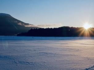 阿寒湖の日の出の写真素材 [FYI04505201]