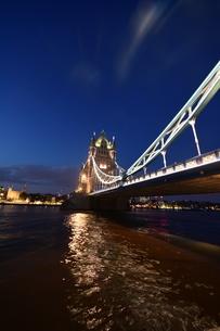 世界で最も有名で美しく芸術的な橋の1つ タワーブリッジ(ロンドン)の写真素材 [FYI04505241]