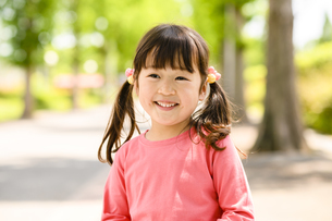 笑顔で立つ女の子の写真素材 [FYI04505479]
