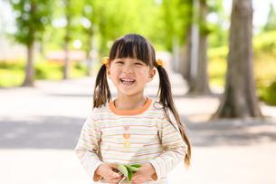笑顔で立つ女の子の写真素材 [FYI04505488]