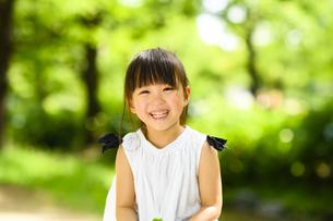 笑顔の女の子の写真素材 [FYI04505537]