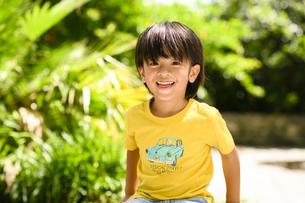 黄色のTシャツを着た男の子の写真素材 [FYI04505618]