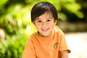 オレンジ色のTシャツを着た男の子の写真素材 [FYI04505633]