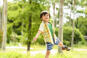 フリスビーを投げて遊ぶ男の子の写真素材 [FYI04505651]