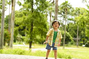 フリスビーを投げて遊ぶ男の子の写真素材 [FYI04505652]