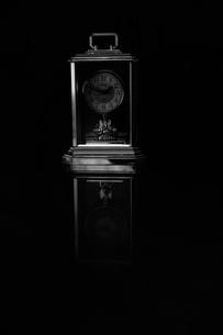 モノクロ時計の写真素材 [FYI04505799]