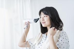 女性 髪の毛 乾かすの写真素材 [FYI04506156]