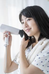 女性 髪の毛 乾かすの写真素材 [FYI04506159]