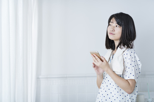 女性 お風呂 携帯電話の写真素材 [FYI04506164]