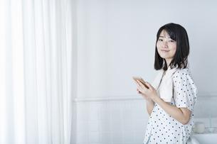 女性 お風呂 携帯電話の写真素材 [FYI04506165]