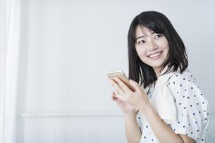 女性 お風呂 携帯電話の写真素材 [FYI04506170]