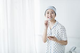 女性 歯磨きの写真素材 [FYI04506196]