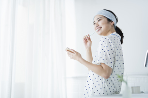 女性 歯磨きの写真素材 [FYI04506197]