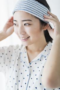 女性 洗顔 準備の写真素材 [FYI04506256]