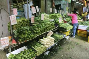 香港・旺角(モンコック/Mong Kok)の青空市場の八百屋さん。日本で馴染んだ野菜も売っているが、日本で見かけない野菜も多いの写真素材 [FYI04506271]