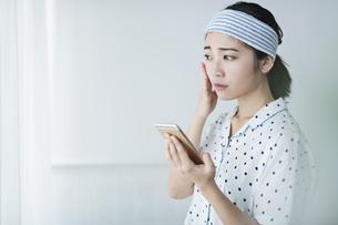 女性 スキンケア 携帯電話の写真素材 [FYI04506274]