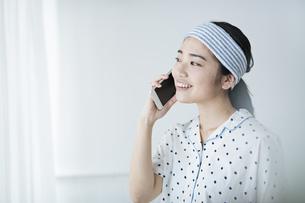 女性 朝 携帯電話 の写真素材 [FYI04506279]