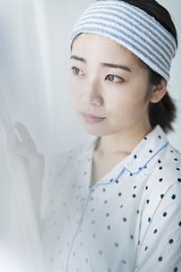 朝 女性 カーテンの写真素材 [FYI04506284]