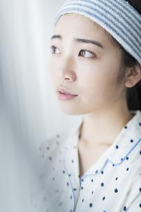 朝 女性 カーテンの写真素材 [FYI04506285]