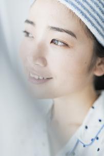 朝 女性 カーテンの写真素材 [FYI04506287]