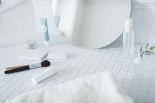 洗面台 化粧品の写真素材 [FYI04506289]