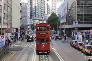 香港の街を行く路面電車トラム。トラムは英国植民地時代から走り続ける香港庶民の足の写真素材 [FYI04506313]