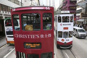 香港の街を行く路面電車トラム。トラムは英国植民地時代から走り続ける香港庶民の足の写真素材 [FYI04506314]