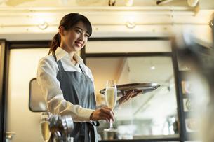 カフェでアルバイトをする20代女性の写真素材 [FYI04506463]