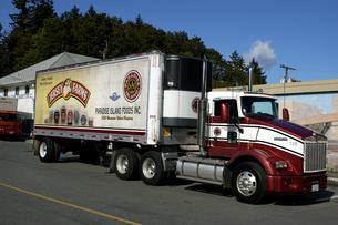 カナダ シュメイナスの街のトレーラートラックの写真素材 [FYI04506878]