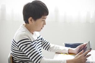タブレットPCを使って勉強する小学生の写真素材 [FYI04507300]