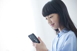 スマートフォンを見る小学生の写真素材 [FYI04507347]