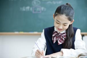 授業を受ける女子学生の写真素材 [FYI04507364]