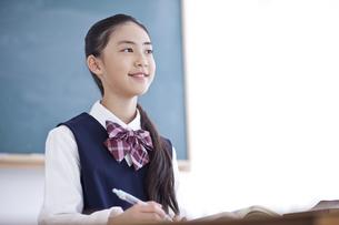 授業を受ける女子学生の写真素材 [FYI04507372]