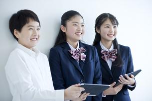 タブレットPCを持つ笑顔の学生の写真素材 [FYI04507425]