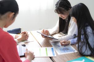 タブレットPCを使って勉強する小学生の写真素材 [FYI04507483]