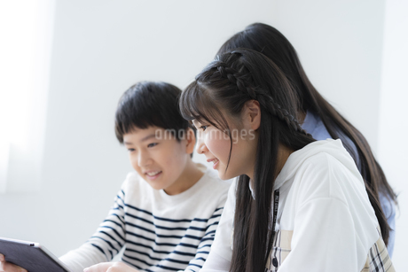 タブレットPCを使って勉強する小学生の写真素材 [FYI04507490]