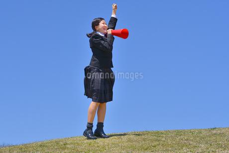 青空で応援する女の子の写真素材 [FYI04507512]