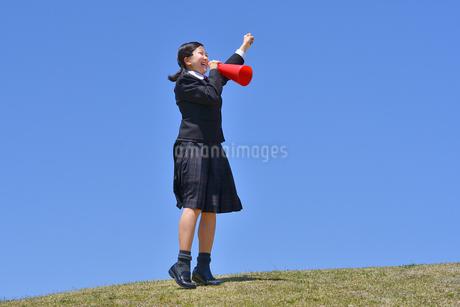 青空で応援する女の子の写真素材 [FYI04507514]