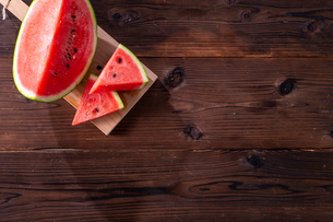 Sliced watermelon on wooden background.の写真素材 [FYI04507946]