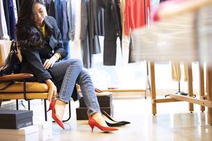 お店で靴を試す女性の写真素材 [FYI04508062]