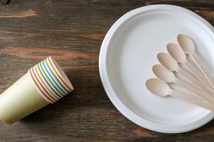 紙皿に置かれた木製のスプーンの写真素材 [FYI04508086]