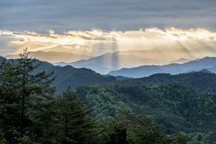 光芒と山並みの写真素材 [FYI04508189]