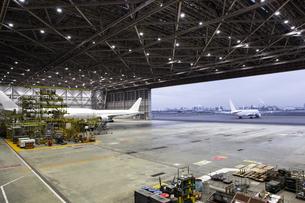 整備場にある旅客機の写真素材 [FYI04508259]