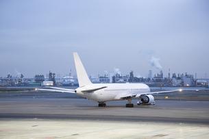 工業地帯にある航空機の写真素材 [FYI04508262]