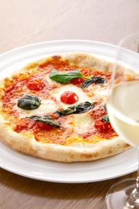 マルゲリータピザとワインの写真素材 [FYI04508567]