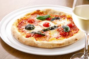 マルゲリータピザとワインの写真素材 [FYI04508568]