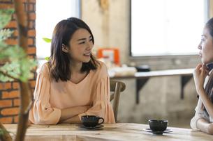 カフェで休憩する女性の写真素材 [FYI04508660]